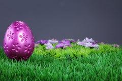 Różowy Easter jajko na trawie Fotografia Royalty Free