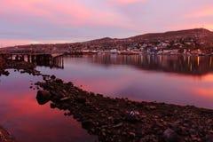 Różowy i purpurowy niebo przy marina w Santa Rosalia Meksyk Zdjęcia Stock