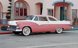 różowy samochód z antykami Obraz Stock