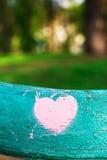 różowy serce na drewnianej powierzchni Obraz Royalty Free