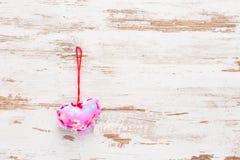 Różowy serce na rocznika retro drewnianym tle Fotografia Royalty Free