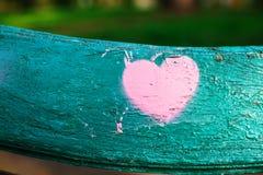 różowy serce na zielonej drewnianej powierzchni Zdjęcie Royalty Free