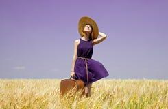 śródpolna dziewczyny wiosna walizki banatka Fotografia Stock