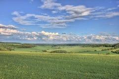 Śródpolny landspace na yeaster z chmurami Zdjęcia Royalty Free