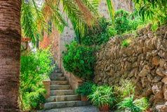 Śródziemnomorski dom i podwórze Zdjęcie Royalty Free