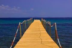 Rówieśnik na błękitnym morzu z niebieskim niebem Fotografia Royalty Free