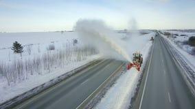 Równiarka czysta usuwa śnieg, snowplow, śnieżna dmuchawa, wybuchu opad śniegu, zima, droga, specjalny pojazd na autostradzie, chł zdjęcie wideo