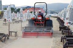 Równiarka odsiewu piasek Na społeczeństwo plaży Fotografia Stock