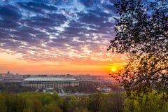 również budynku dna miasta budowy ogień mocniej wizerunku nowoczesnego Moscow przeszedł kilka smogu sunrise pociąg Zdjęcie Royalty Free