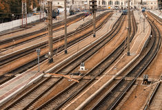 Równolegli kolejowi ślada z stacją kolejową Zdjęcie Stock