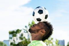 równoważenia piłki piłka nożna fotografia stock