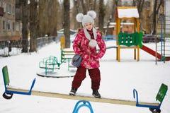 Równoważenie dziewczyny stojak na totter zdjęcia royalty free