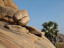 Równoważenie granitowy głaz w Hampi, Karnataka Popularna skała dla Fotografia Stock