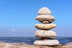 Równowaga biali kamienie obrazy stock