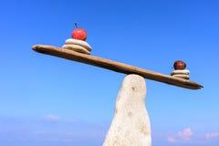 Równowaga jabłka na kamieniu fotografia stock