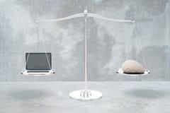 Równowaga z mózg i laptopem Obrazy Stock