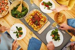 Rôti de porc avec des pommes de terre sur la table de salle à manger image libre de droits