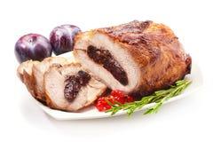 Rôti de porc avec des pruneaux, d'isolement sur le fond blanc Image libre de droits