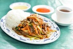 Rôti de porc chinois avec les légumes mélangés image stock
