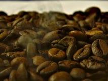 Rôti grains de café au-dessus dont est de la fumée images stock