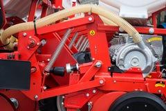 Röd åkerbruk maskin Arkivbilder