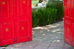 Röd öppen dörr Arkivbilder
