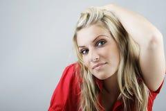 Röd överkant för attraktiv blond kvinnaina royaltyfria foton