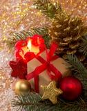 Röd Adventstearinljus och julgåva Royaltyfria Bilder