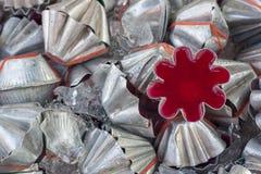 Röd agargelé i den aluminium blommaformen Royaltyfri Foto