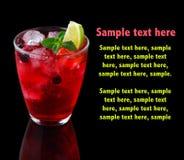 Röd alkoholcoctail med lfreshime och mintkaramell som isoleras på svart royaltyfri foto