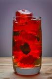 Röd alkoholiserad coctail med mintkaramellen Arkivfoto