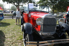 Röd antik amerikansk bil Arkivfoto