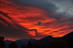 Röd-apelsinen fördunklar på soluppgång i bergen royaltyfri fotografi