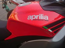 Röd Aprilia motorcykel Arkivbild