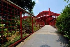 Röd arkitektur och bana i grön miljö Arkivfoto