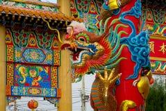 Röd asiatisk drake i den kinesiska templet Arkivfoton