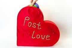 Röd ask av förälskelsebokstäver Arkivfoto