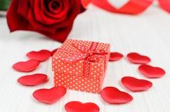Röd ask för gåva i hjärtan Royaltyfria Bilder