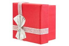 Röd ask för gåva med det silverpilbågen och bandet; isolerat på vit backg royaltyfria foton
