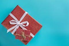 Röd ask för gåva två på blå bakgrund royaltyfria bilder