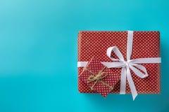 Röd ask för gåva två på blå bakgrund royaltyfri fotografi