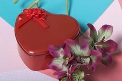 Röd ask med en gåva Gjort i formen av en hjärta arkivbilder