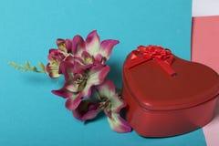 Röd ask med en gåva Gjort i formen av en hjärta royaltyfria bilder