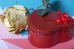 Röd ask med en gåva Gjort i formen av en hjärta fotografering för bildbyråer