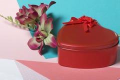Röd ask med en gåva Gjort i formen av en hjärta royaltyfria foton