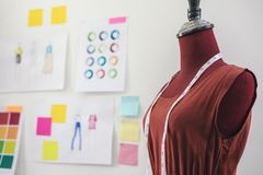 Röd attrapp med att mäta bandet i skräddarestudion, idérik design fotografering för bildbyråer