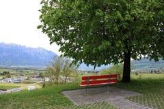 Röd bänk i Schweiz Royaltyfri Bild