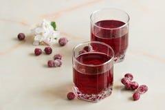 Röd bärfruktsaft med sommarbär på tabellen Arkivfoto