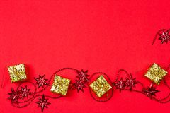 Röd bakgrund för jul med gåvan och garnering Arkivfoto