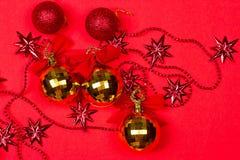 Röd bakgrund för jul med gåvan och garnering Royaltyfria Bilder